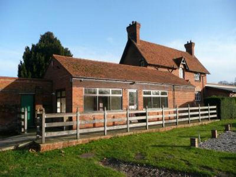 Office to rent garden cottage office henley road for Henley garden office